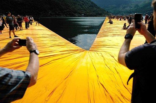 "Christos ""Floating Piers"" begeistern Tausende"