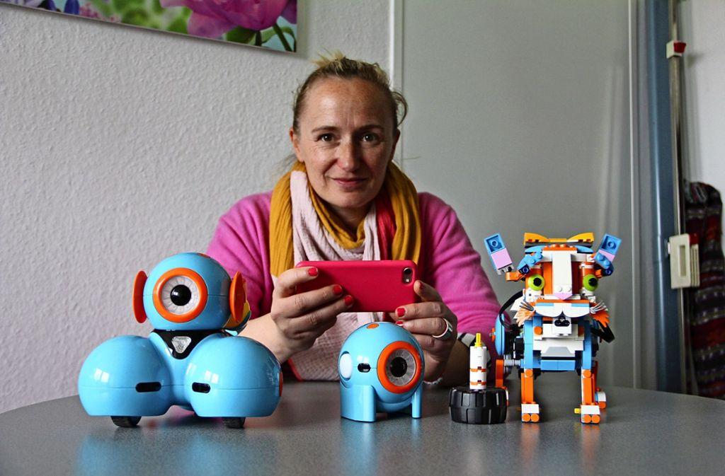 Stefanie Schilling freut sich über die neuen Roboter. Sie können per Handy-App gesteuert werden. Das macht nicht nur Kindern, sondern auch Erwachsenen Spaß. Foto: