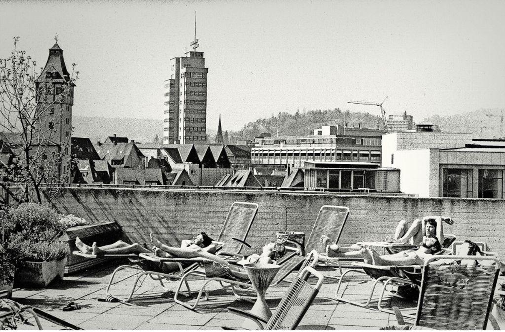 Von 1972 bis 1988 gab es  bei Breuninger  ein  bis heute unvergessenes Mineralbad mit Sonnendeck über den Dächern der Stadt. Foto: Kraufmann