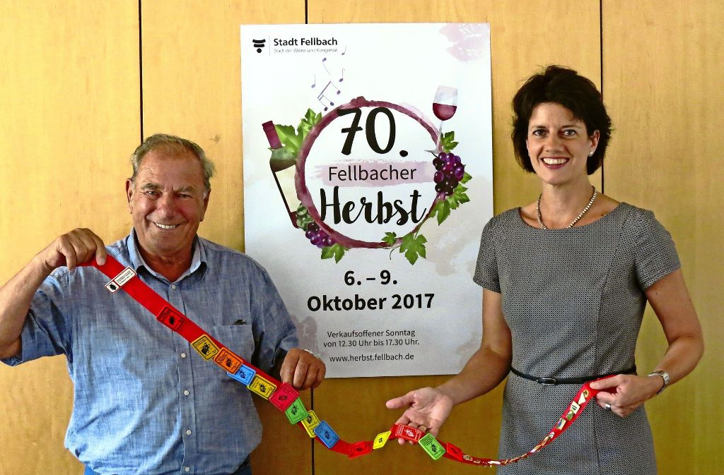 Erhard Hess von den Fellbacher Weingärtnern und OB Gabriele Zull mit neuem Plakat und Fellbacher Herbst-Plaketten. Foto: Simone Käser