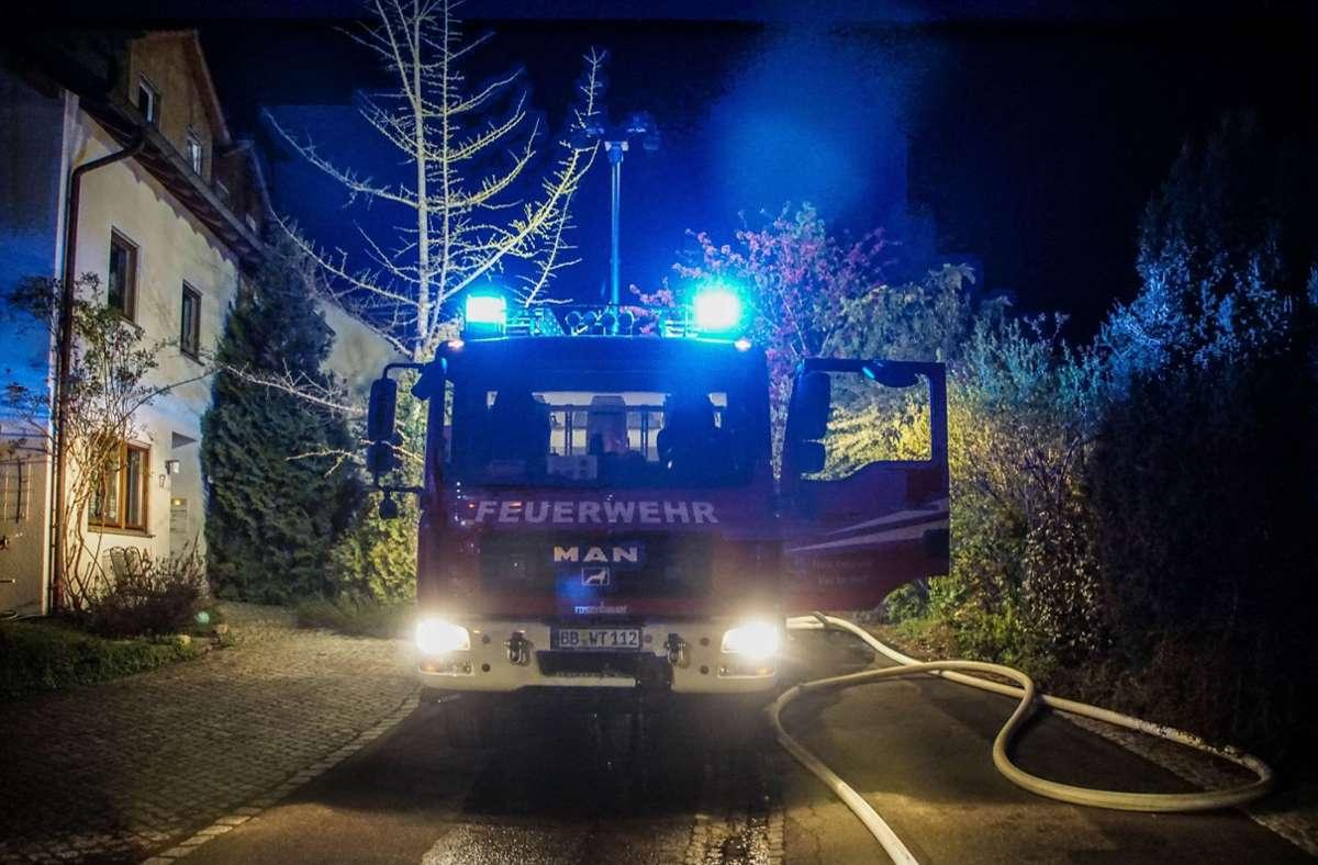 Weil eine Sauna in Brand geriet, rückte die Feuerwehr mit großem Aufgebot  in Weil der Stadt aus. Foto: SDMG