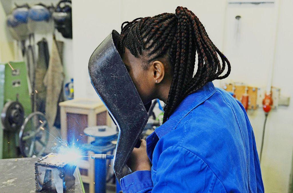 Integrationsfaktor Job: eine Schülerin aus Guinea bei einem Kurs im E-Schweißen. Foto: dpa