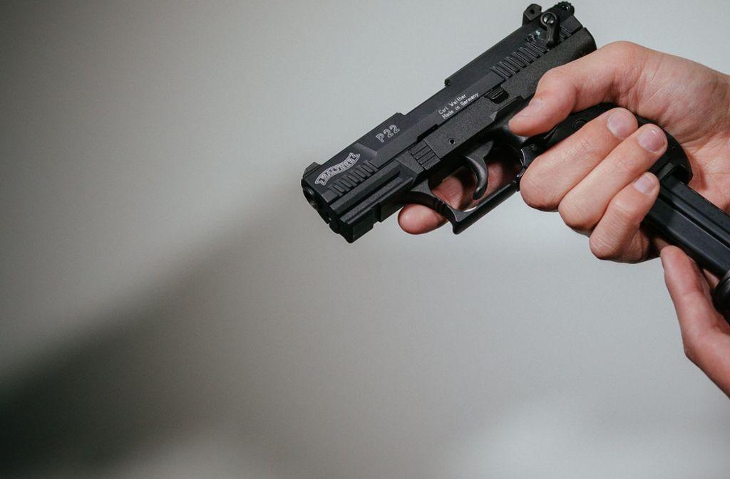Der Mann gab einen Schuss ab, der aber niemanden traf. (Symbolfoto) Foto: dpa
