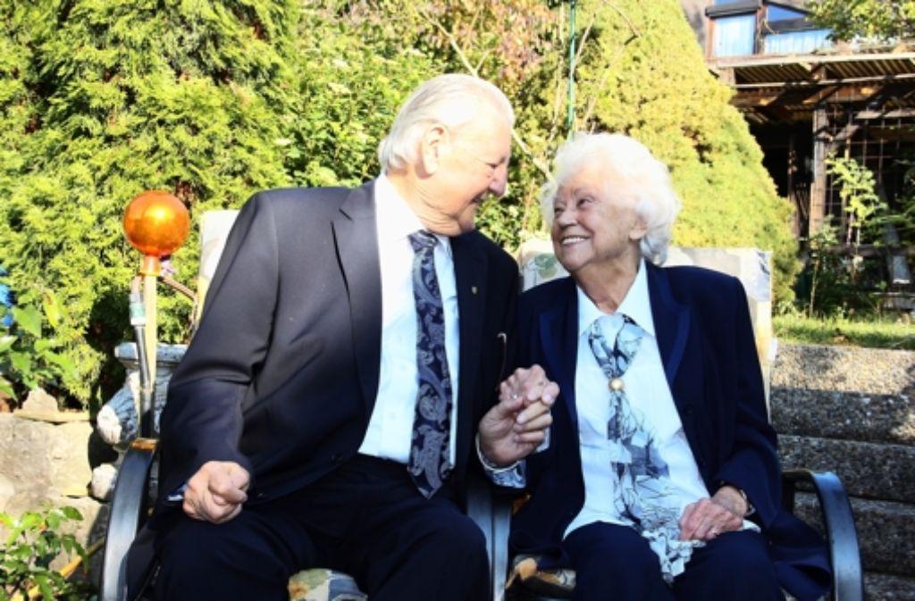 Verliebt wie am ersten Tag: Wanda und Franz Neubauer genießen jeden Tag, an dem sie zusammen sein können. Foto: Bernd Zeyer