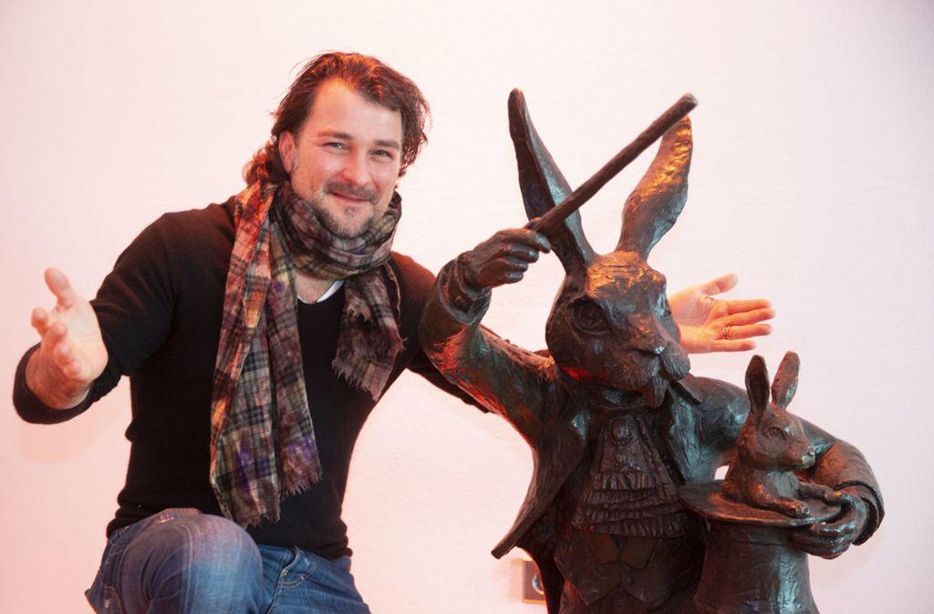 Magier Thorsten Strotmann mit seinem Lieblingshasen. Foto: Lichtgut/Leif Piechowski