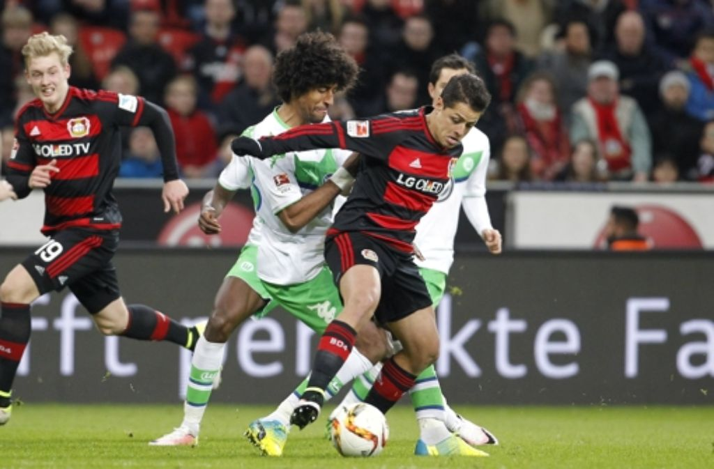 Vieirinha von Wolfsburg (l) fordert Javier Hernandez Chicharito von Leverkusen heraus. Foto: Bongarts