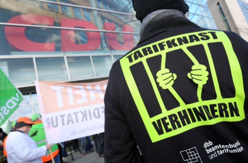 Mehrere Gewerkschaften kämpfen – wie hier im März vor der CDU-Zentrale in Berlin – gegen das Gesetz zur Tarifeinheit. Karlsruhe will bis Ende 2016 endgültig entscheiden. Foto: dpa