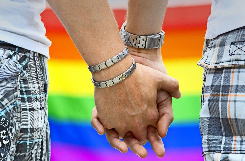 Für viele bis heute eine Provokation: zwei Händchen haltende junge Männer Foto: dpa