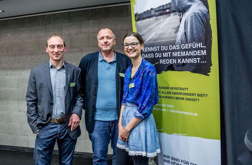 Matthias Rumm, Christoph Werkmann (beide Hauptamtliche bei nethelp4u) und Franziska Haas (Peerberaterin) bei der 10-Jahres-Feier der Internet-Peer-Beratung nethelp4u in Stuttgart. Foto: Lichtgut/Julian Rettig