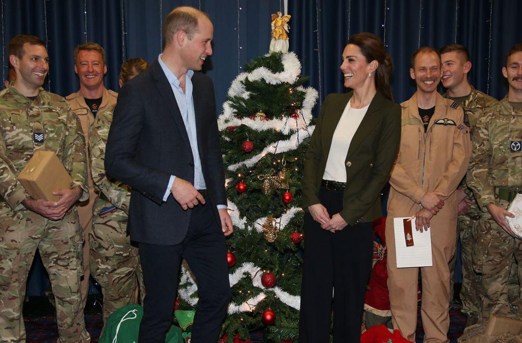 Spaß unterm Weihnachtsbaum: Prinz William und Herzogin Kate mit Soldaten auf Zypern. Foto: Getty Images Europe