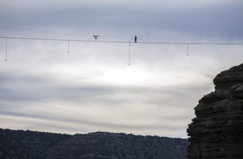 Nik Wallenda balanciert 457 Meter über der Schlucht. Foto: dpa