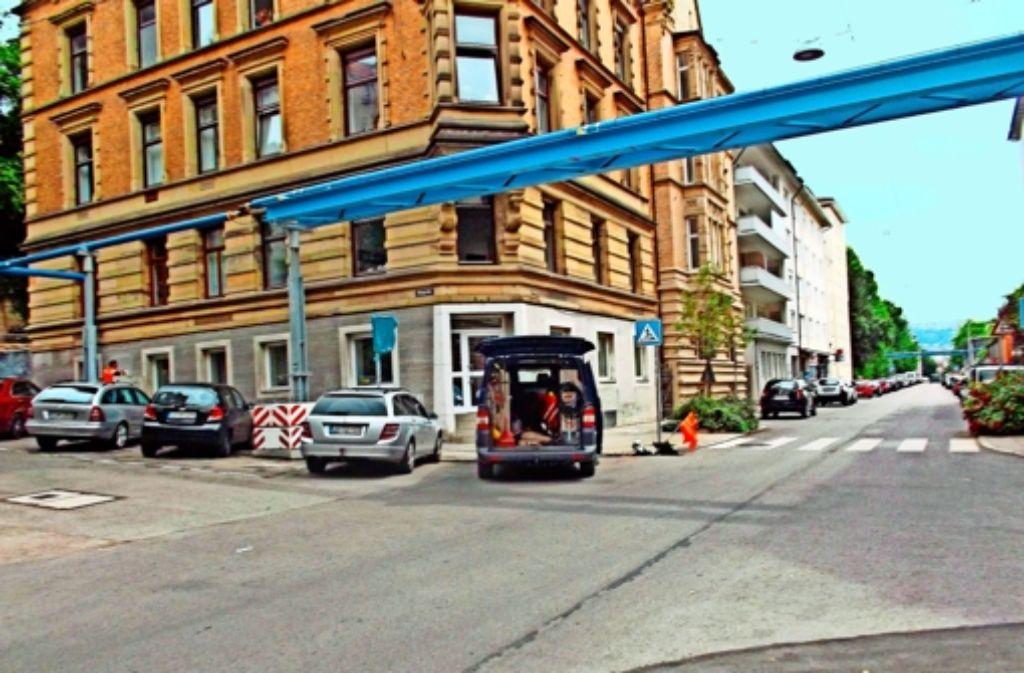 Im Bereich Urbanstraße/Sängerstaffel wird Wasser aus den blauen Rohren  in den Gully am Zebrastreifen abgelassen. Foto: StZ