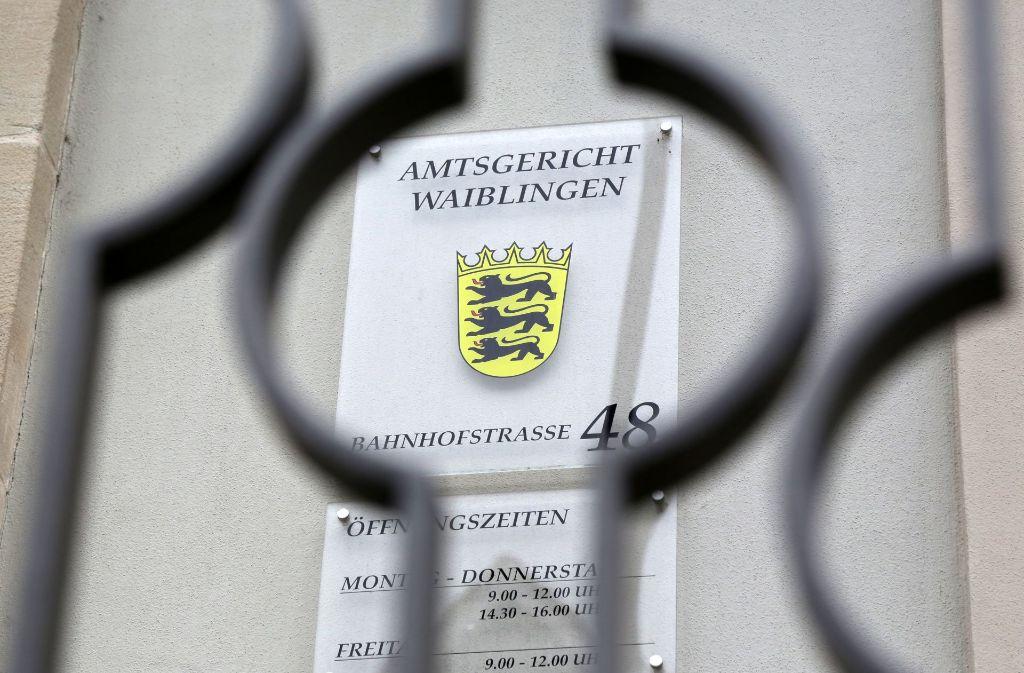 Bei einer Verkehrskontrolle findet die Polizei im Handschuhfach des Angeklagten das  Messer Foto: .  Foto: Sigerist
