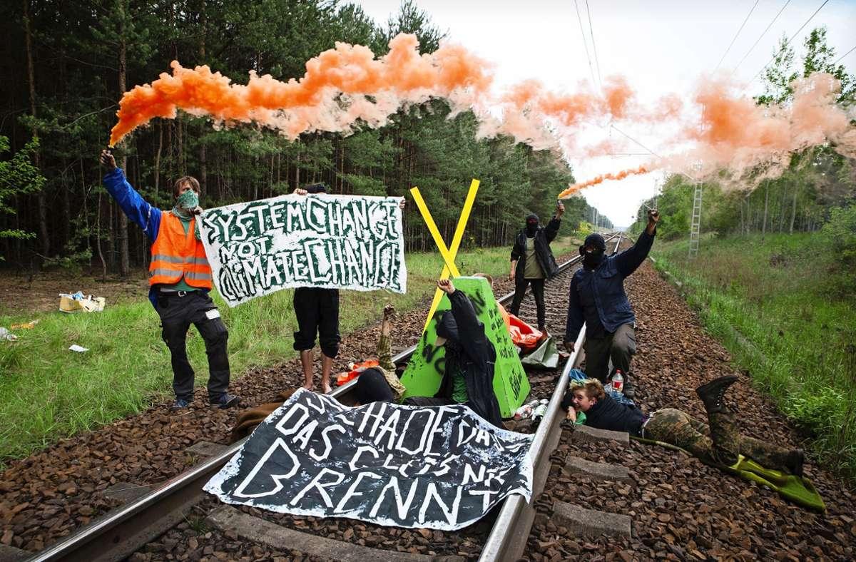 """Manche Klimaaktivisten wie das Bündnis """"Ende Gelände"""" setzen  auf zivilen Ungehorsam als Protestmittel und blockieren bei Aktionen Straßen oder Gleise. Foto: dpa/Pay Numrich"""