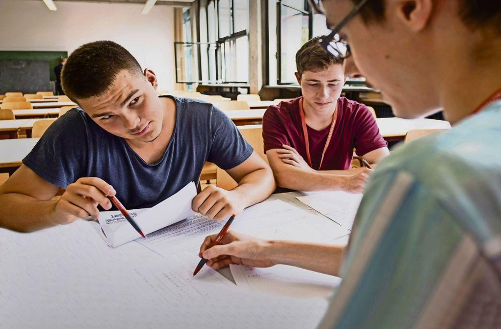 Sie zeigen großes Interesse: Schüler erproben sich beim Mathe-Cup der Hochschule für Technik. Foto: Lichtgut/Max Kovalenko