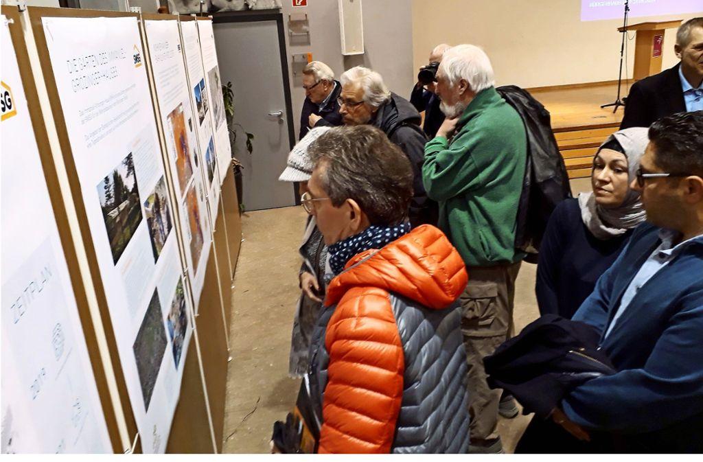 Die Gäste interessierten sich unter anderem für das Neubauprojekt der Stuttgarter Wohnungs- und Städtebaugesellschaft an der Böckinger Straße. Foto: Torsten Ströbele