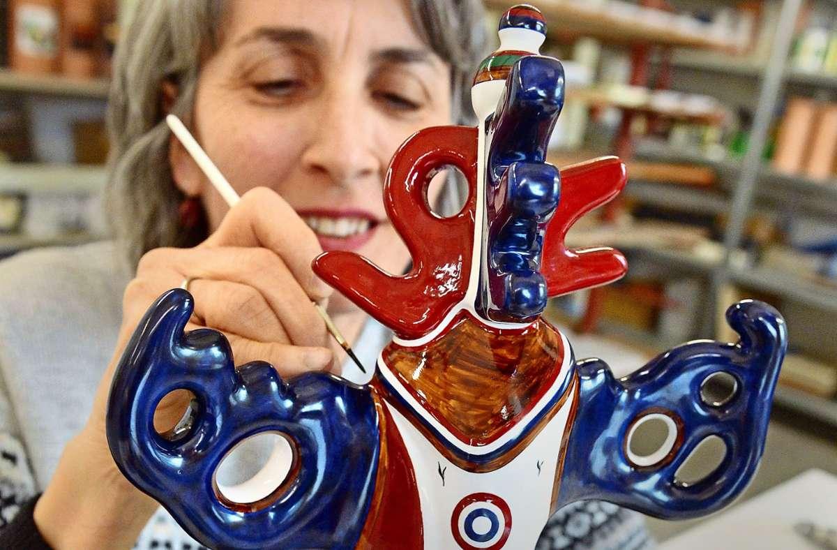Die Majolika-Keramikmalerin verziert eine Skulptur, die beim Deutschen Medienpreis verliehen wurde – entworfen hat sie der Schweizer Künstler Roland  Junker. Foto: dpa/Uli Deck