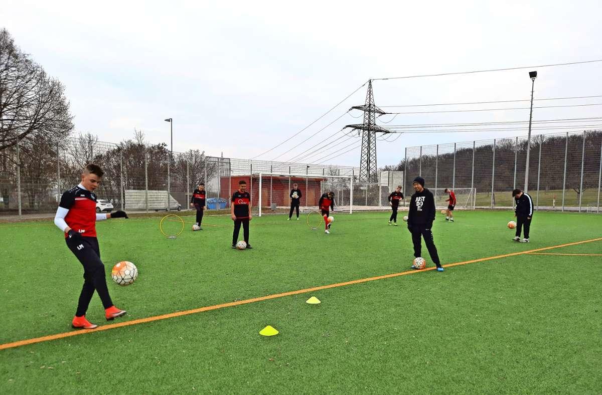 Die C-Jugend-Fußballer des TV Oeffingen trainieren unter den gebotenen Hygiene- und Abstandsregeln wieder gemeinsam auf dem Kunstrasenplatz. Foto: Susanne Degel