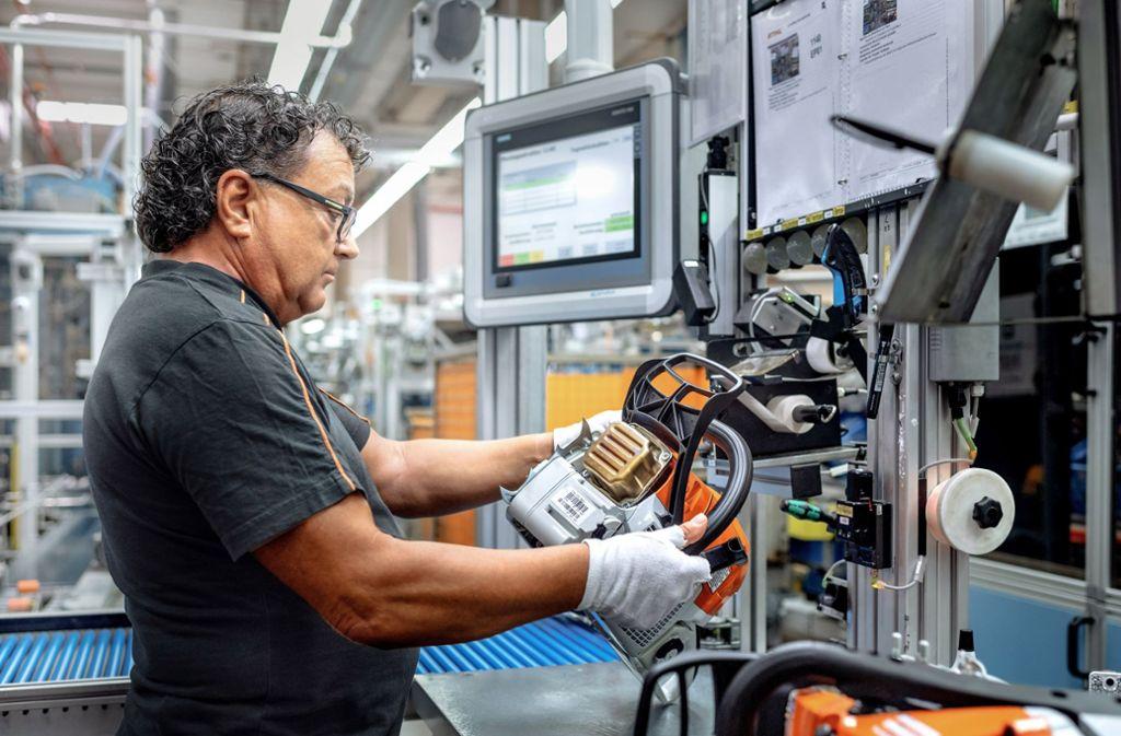 Vor der Verpackung wird jede einzelne Motorsäge durch einen Stihl-Mitarbeiter inspiziert und deren Funktion geprüft. Foto: Stihl/Günther Bayerl