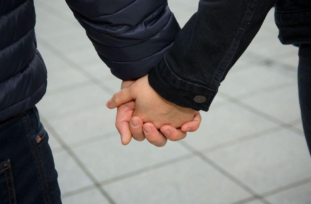 Hand in Hand durch die Stadt – für viele Paare gehört das nicht nur am Valentinstag dazu. Foto: Lichtgut/Leif Piechowski