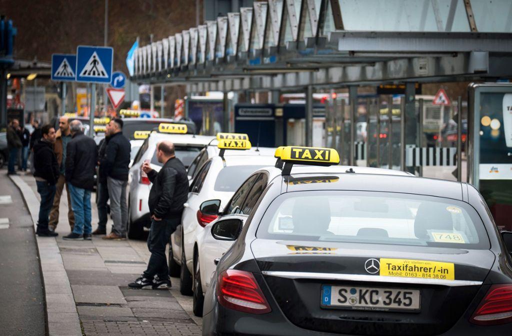 Taxifahrer im Wartestand – in diesen Tagen haben sich noch weniger Kunden als sonst. Branchenvertreter fordern, nur noch die Hälfte der Fahrzeuge fahren zu lassen. Foto: Lichtgut/Achim Zweygarth