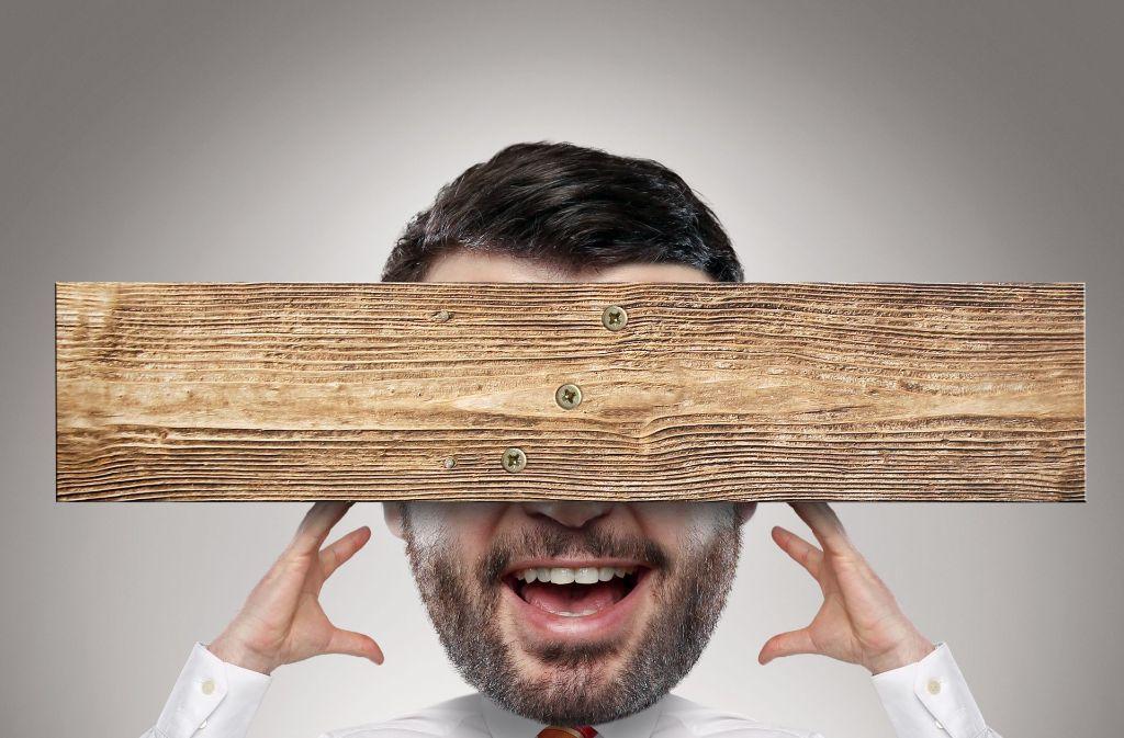 Das Brett vor dem Kopf: Menschen wollen sich geliebte Erklärungsmuster nicht von vernünftigen Überlegungen madig machen lassen. Foto: Adobe Stock