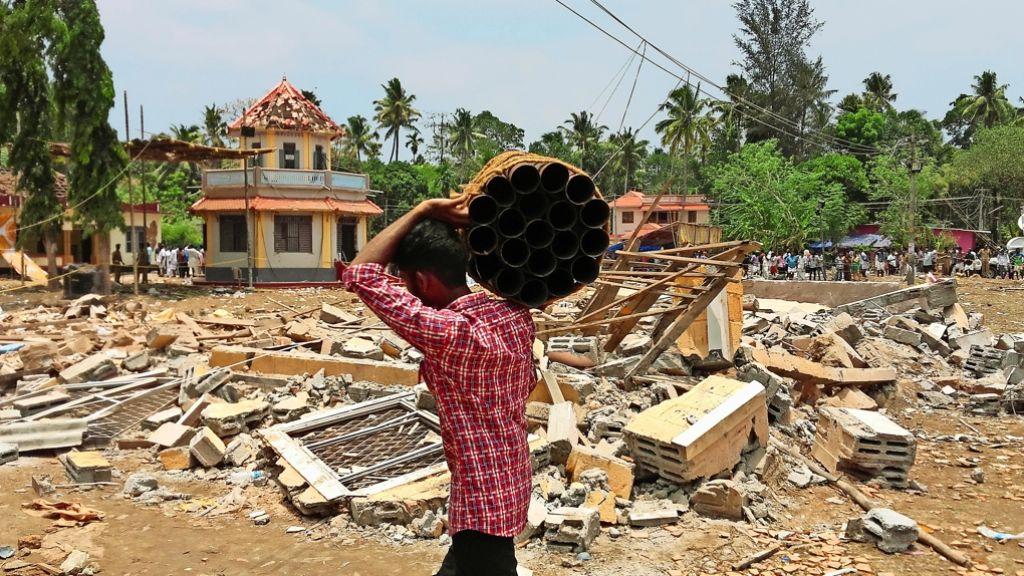 Trümmer und eingestürzte Gebäude in Kerala: Ein Tempelfest in Südindien wird zur Tragödie, als ein Lager mit Feuerwerkskörpern ausbrennt. Foto: AP