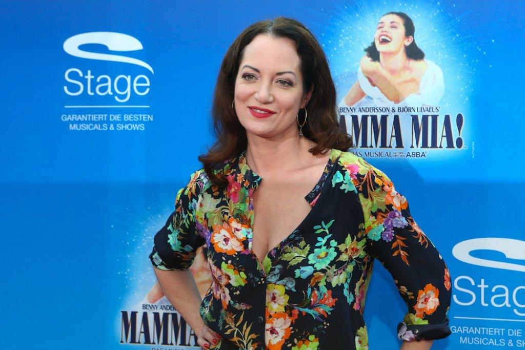 Auf dem roten Mamma Mia-Teppich in Stuttgart-Möhringen: Schauspielerin Natalia Wörner Foto: Benjamin Beytekin