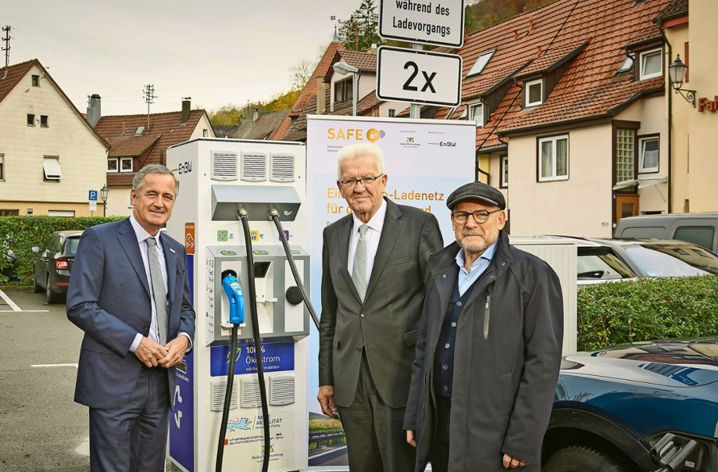 Ladepause: EnBW-Chef Frank Mastiaux zusammen mit  Ministerpräsident Winfried Kretschmann und Verkehrsminister Winfried Hermann (v. l.) an einer neuen Ladesäule in Bad Urach. Foto: EnBW AG/Endre Dulic