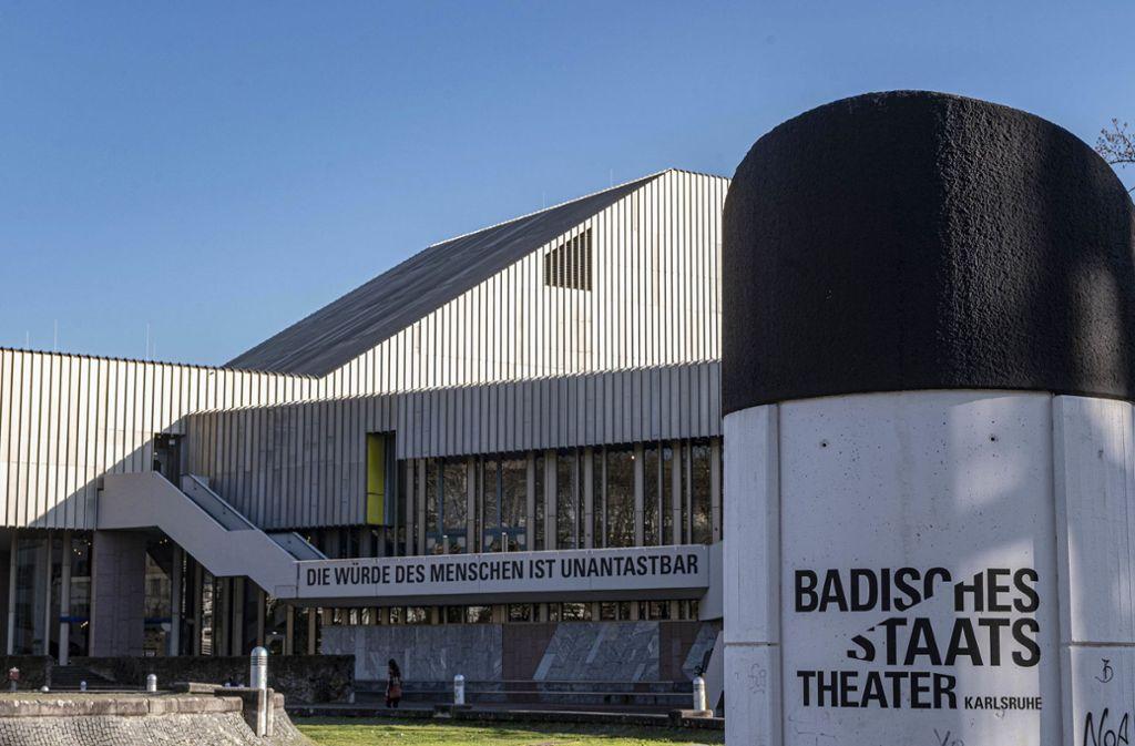 Der vordere Gebäudeteil des Staatstheaters in Karlsruhe muss einem Neubau Platz machen. Foto: dpa/Uli Deck