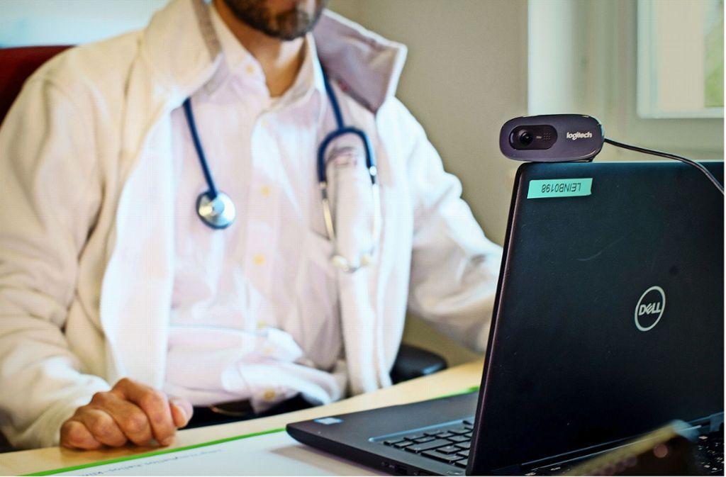 Der Arzt kann per Videokonferenz zugeschaltet werden. Foto: dpa