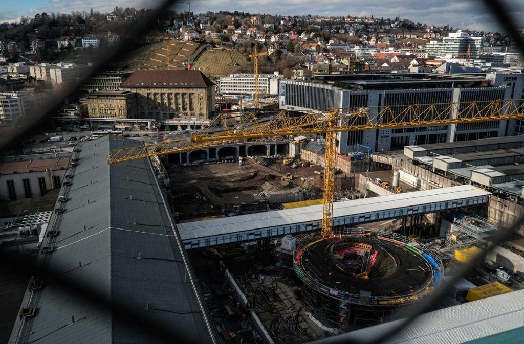 In der Stadtmitte entsteht der neue Durchgangsbahnhof. Am Flughafen ist die Bahn von Bauarbeiten noch entfernt. Foto: Lichtgut/Max Kovalenko