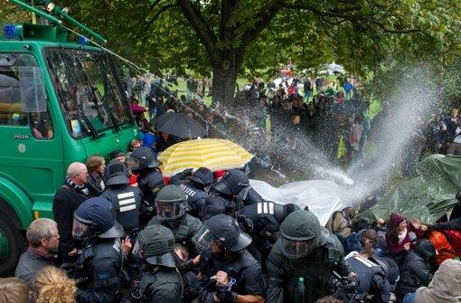 """Der Wasserwerfer-Einsatz am """"schwarzen Donnerstag"""" kommt nun vor Gericht. Foto: dpa"""