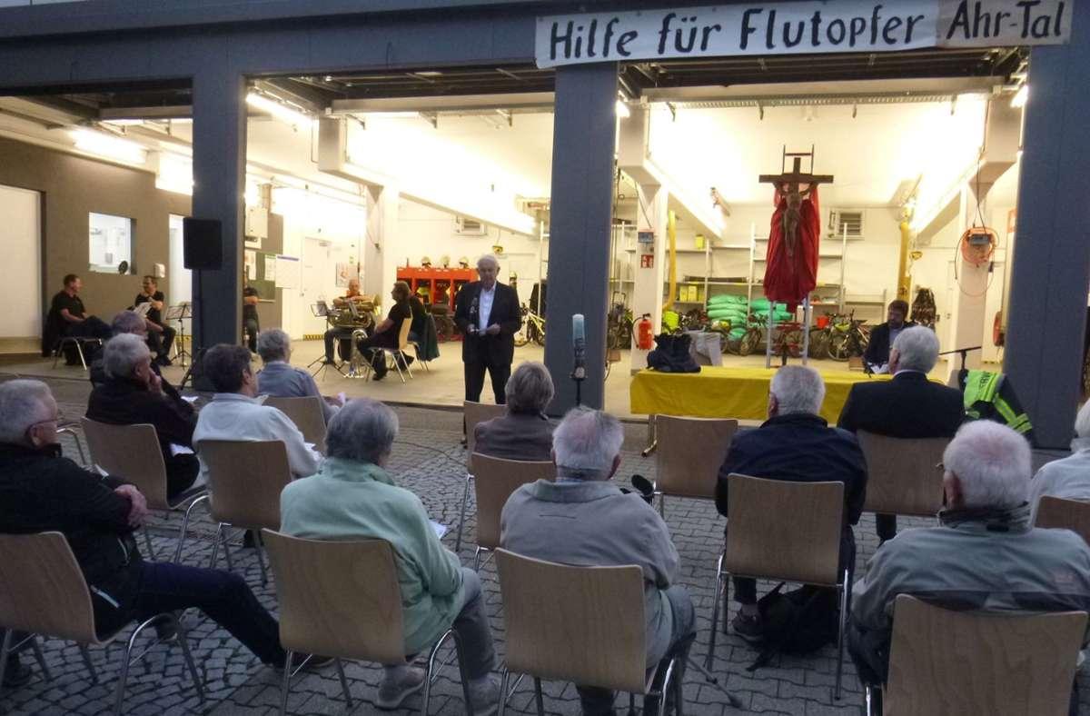 Der Gottesdienst am Feuerwehrhaus in Renningen gedachte der Flutopfer an der Ahr Foto: Katholische Kirchengemeinde Renningen