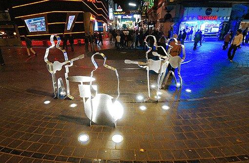 """Seit 2008 heißt die Ecke Reeperbahn/Große Freiheit offiziell """"Beatles Platz"""", fototaugliches Denkmal inklusive.  Foto: Martin Brinckmann"""
