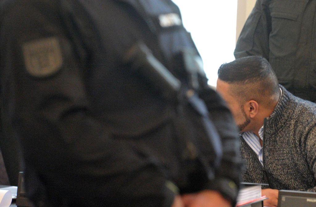 Der Angeklagte wird auch im Gerichtssaal streng bewacht. Foto: dpa