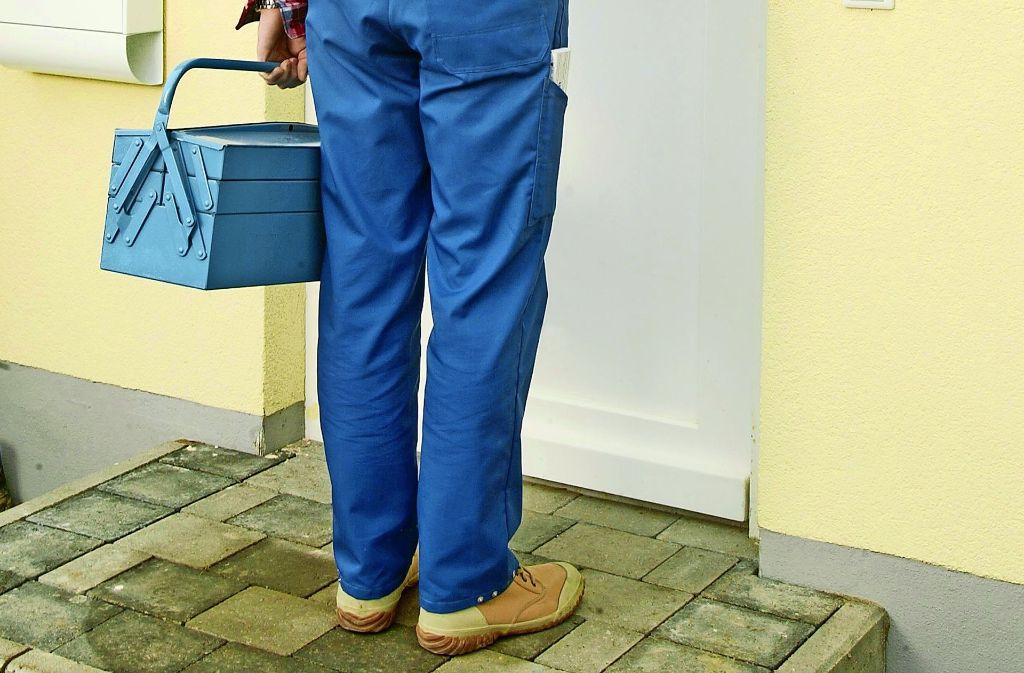 Ein Handwerker vor der Tür – nicht immer ist er tatsächlich einer... Foto: André Pöhlmann / Mauritius