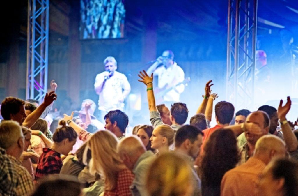 Showband statt Bläser –und in den Zelten ist es heiß wie in der Sauna. Foto: Martin Stollberg