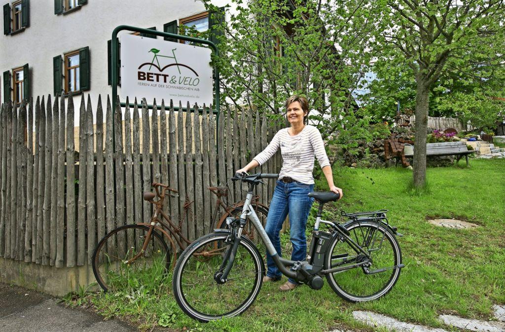 Der alte Drahtesel vor dem Hof von Anja und Ewald Wasner ist nur Deko. Die Gäste von Bett & Velo können die Umgebung mit modernen E-Bikes erkunden. Foto: Horst Rudel