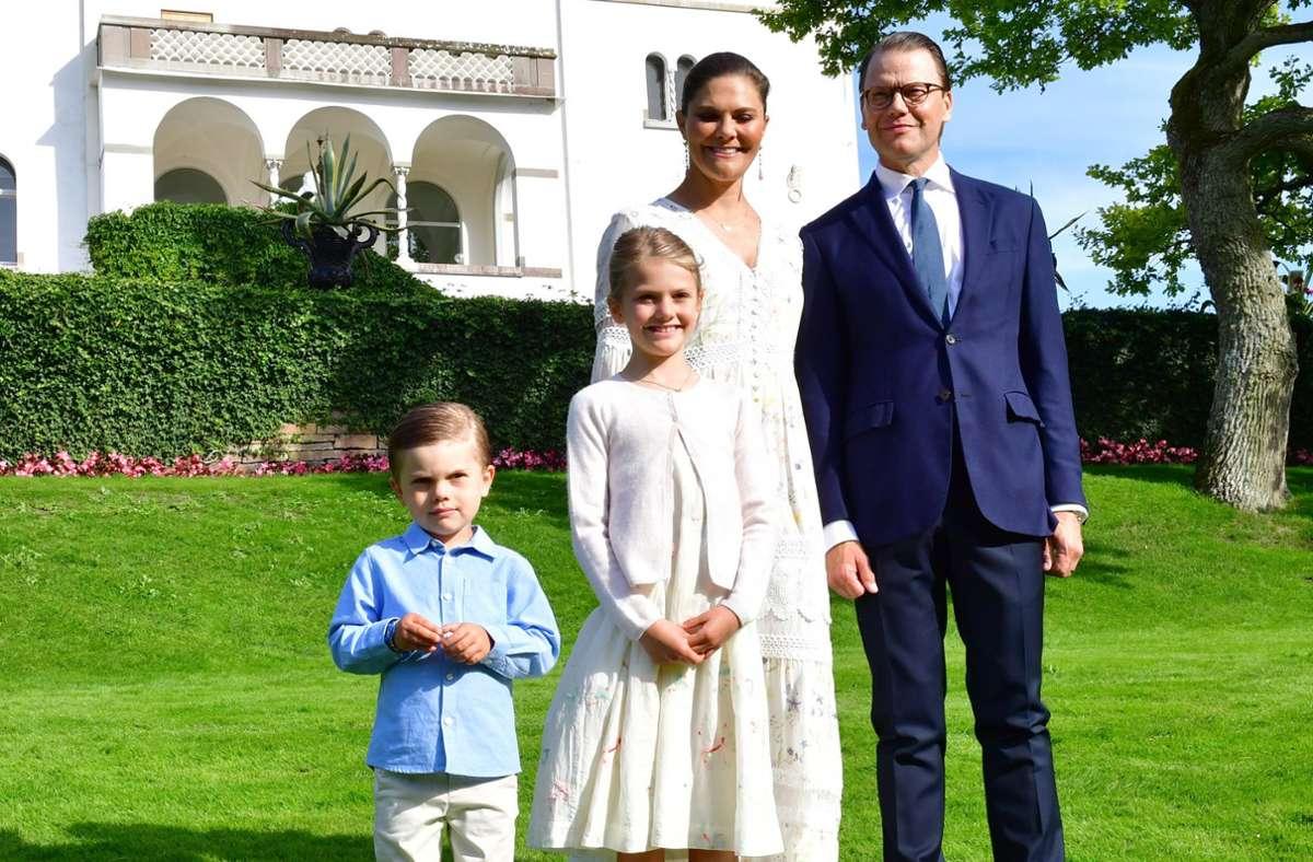 Während Estelle mit ihrer Mutter, Kronprinzessin Victoria von Schweden, um die Wette strahlt, schauen Prinz Daniel und der kleine Oscar eher kritisch. Foto: AP/Jonas Ekstromer