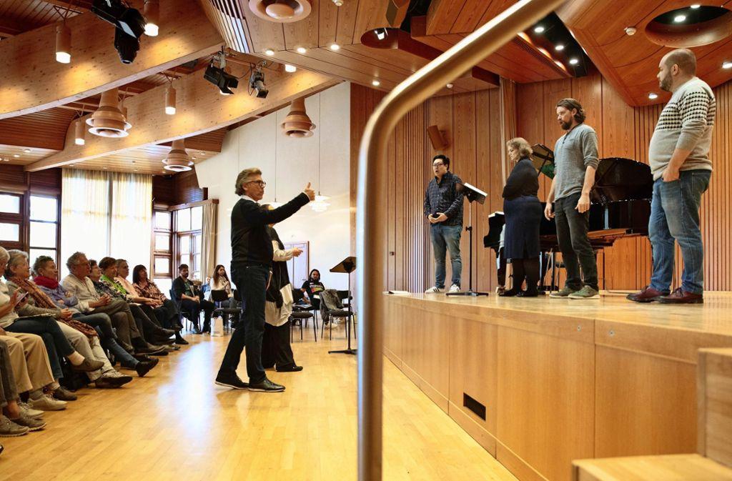 Der Bariton Thomas Hampson (vor der Bühne) probt mit  Daeho Kim, Sonja Saric, Christoph Schweizer und Gerard Farreras (von links) Foto: Frank Eppler
