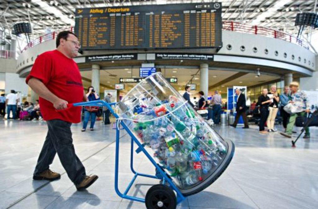 Im Rahmen eines Pilotprojekts am Stuttgarter Flughafen können Passagiere ihre Pfandflaschen jetzt für den guten Zweck spenden. Foto: dpa