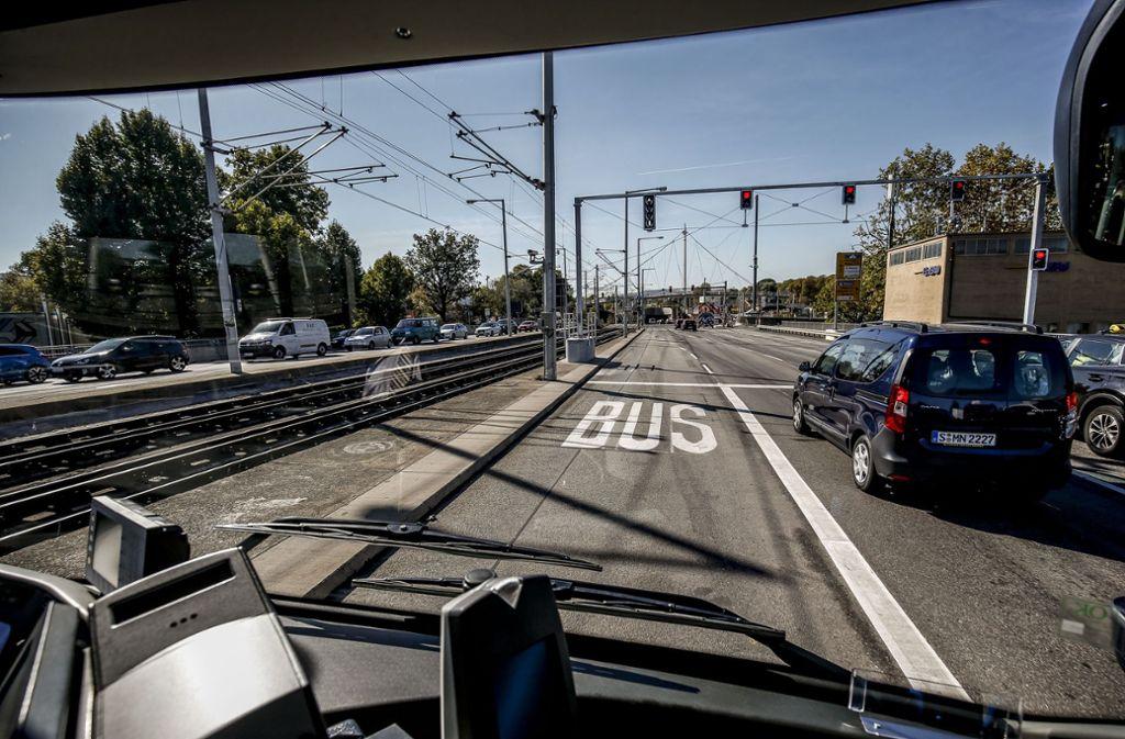 In Stuttgart gibt es eine Busspur für den X1. Diese ist allerdings umstritten. Foto: Lichtgut/Leif Piechowski