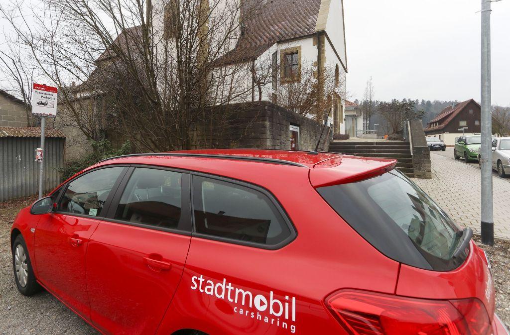 In Nufringen parkt ein Stadtmobil-Auto in der Bahnhofstraße. Doch bisher findet sich noch nicht allzuoft ein Fahrer, der es benutzt. Foto: factum/Granville