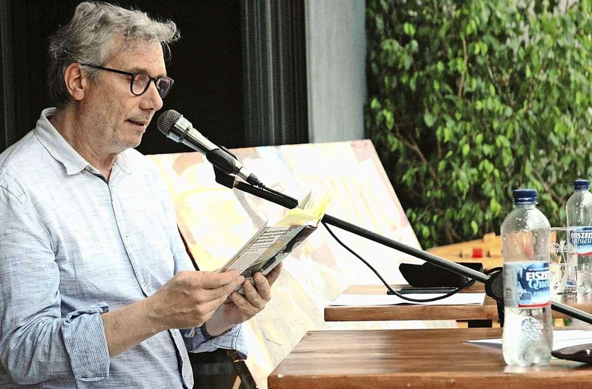 Johannes M. Fischer liest in der Dieselstraße. Foto: Petra Weber-Obrock