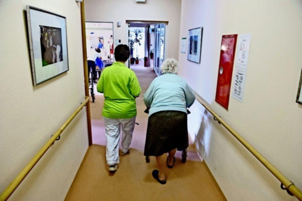 Rundumversorgung im Pflegeheim: sie kostet für einen mittelschweren Fall gut und gerne 125 Euro am Tag. Die Pflegekasse zahlt den geringsten Teil der Kosten, den Rest der zu Pflegende – aber wer kann sich 2300 Euro jeden Monat leisten? Foto: dpa