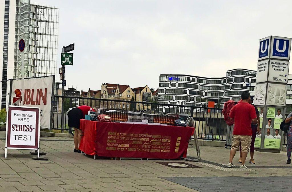 Statt am Mailänder Platz wirbt Scientology nun am Pariser Platz. Foto: Martin Haar (Archiv)