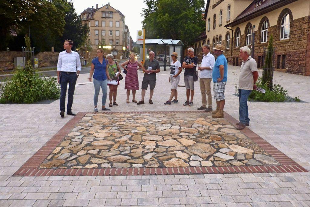 Lars Hoffmann von der SWSG und Stadtplanerin  Ulrike Bachir (von links) beim Rundgang der Freien Wähler durch den Hallschlag. Foto: Gall