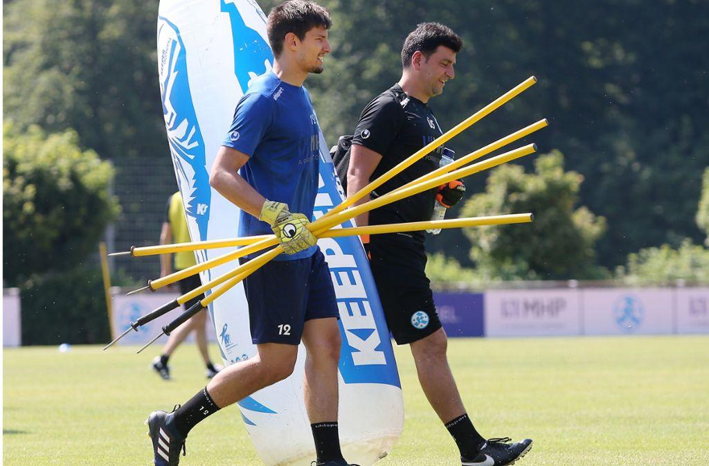 Endlich mal nicht nur Training: Im WFV-Pokal darf Ersatzkeeper  Manuel Schneck (li., neben Torwart-Trainer Ümit Sahin) von Beginn an spielen. Foto: Baumann