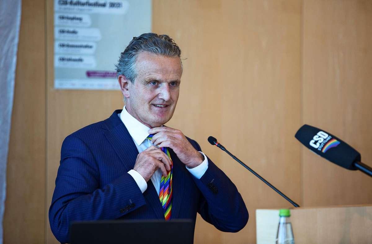 Nopper bindet sich während seiner CSD-Rede die Regenbogen-Krawatte um. Foto: